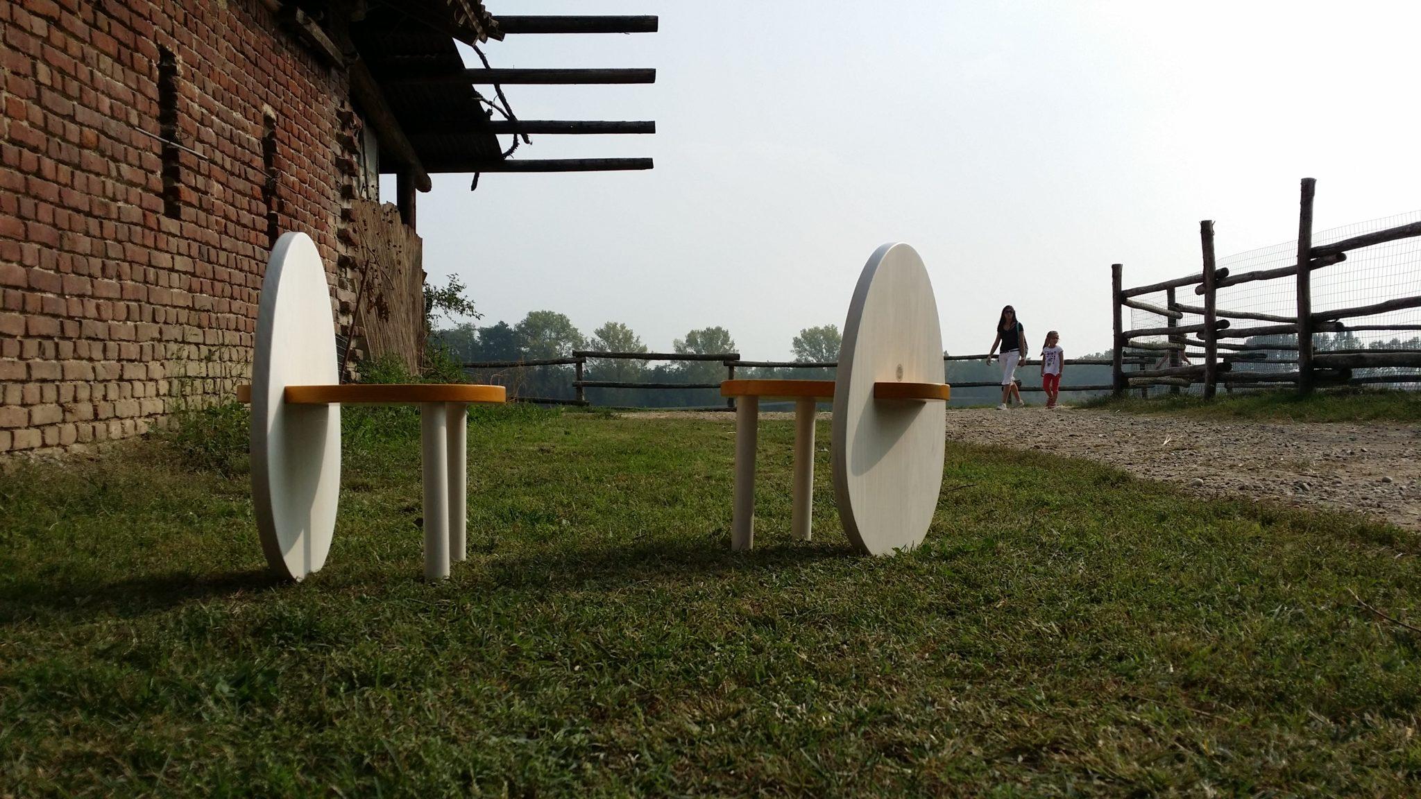 Due tavoli in legno modello Uovo nel giardino di una cascina
