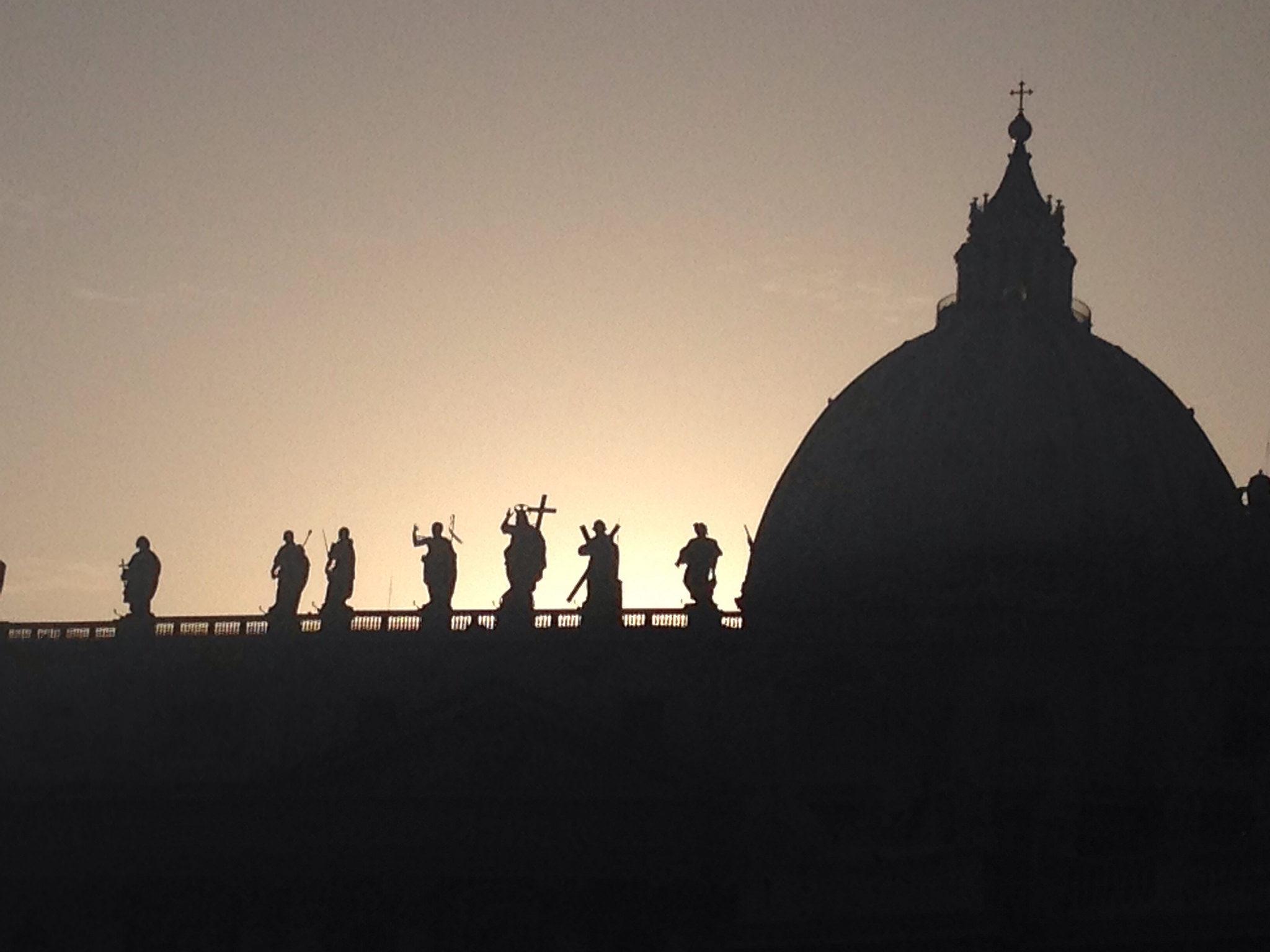 Alba dietro il profilo della Cupola di San Pietro a Roma