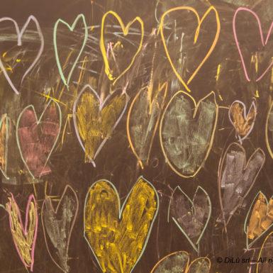 Lavagna a tutta parete con cuori disegnati in gesso al Fuori Salone